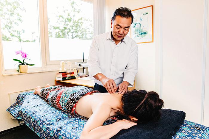 Dr. King Siong Tan geeft acupunctuur in Amstelveen